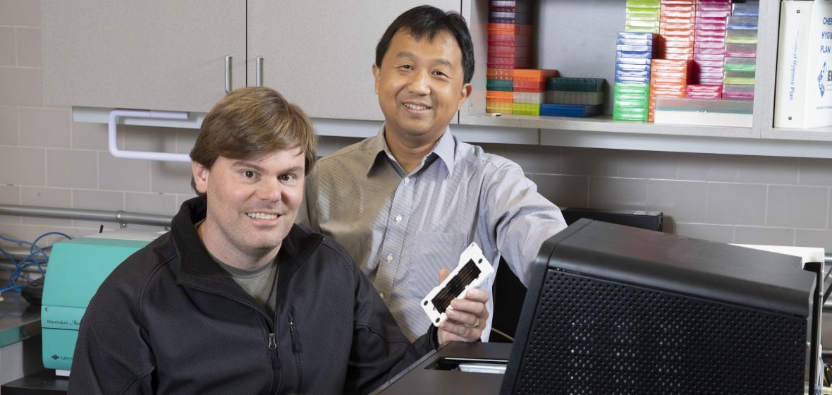 Paul Hartley and Yanji Xu in genomics lab