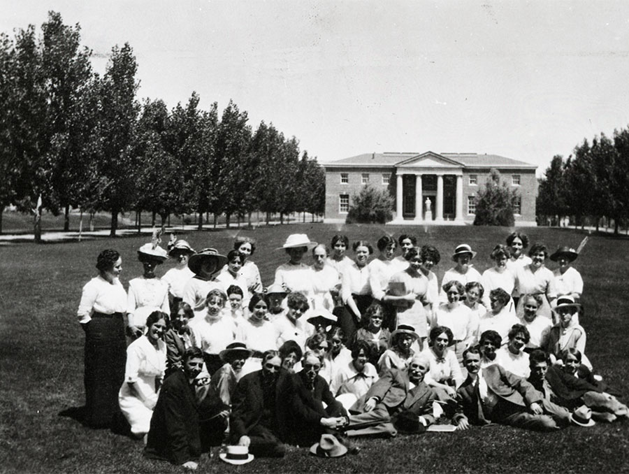 Summer school students and instructors on Quad, 1914